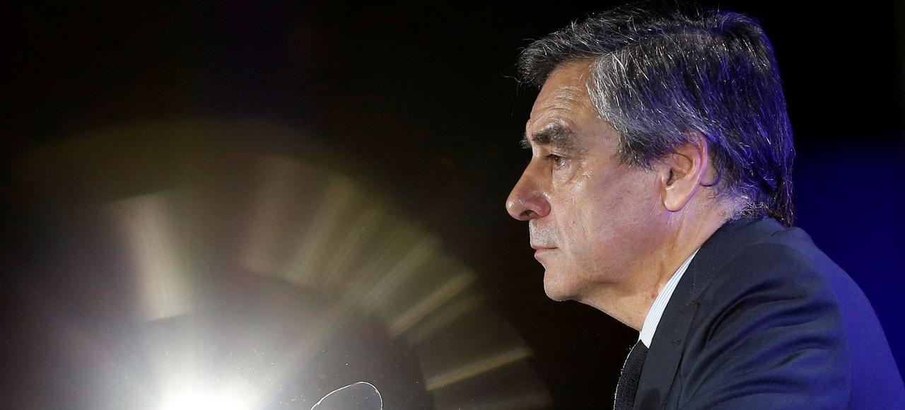La candidature de François Fillon est de nouveau remise en question depuis qu'il a été convoqué par les juges sur l'affaire des emplois fictifs de sa femme.