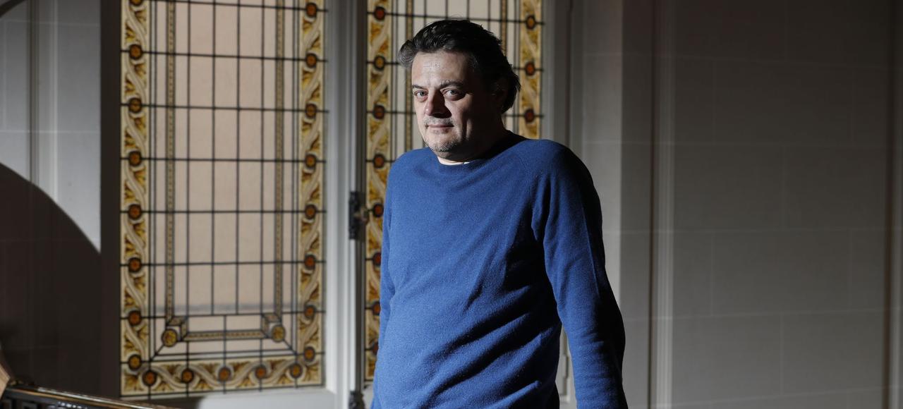 Auteur le plus joué dans le réseau des théâtres privés en cette saison 2016-2017, Gérald Sibleyras préfère les coulisses aux projecteurs.