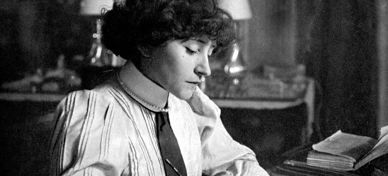Colette à sa table de travail en juin 1922. Cetteannée-là paraît <i>LaChambre éclairée</i>, recueil de ses textes journalistiques publiés durant la Première Guerre mondiale.