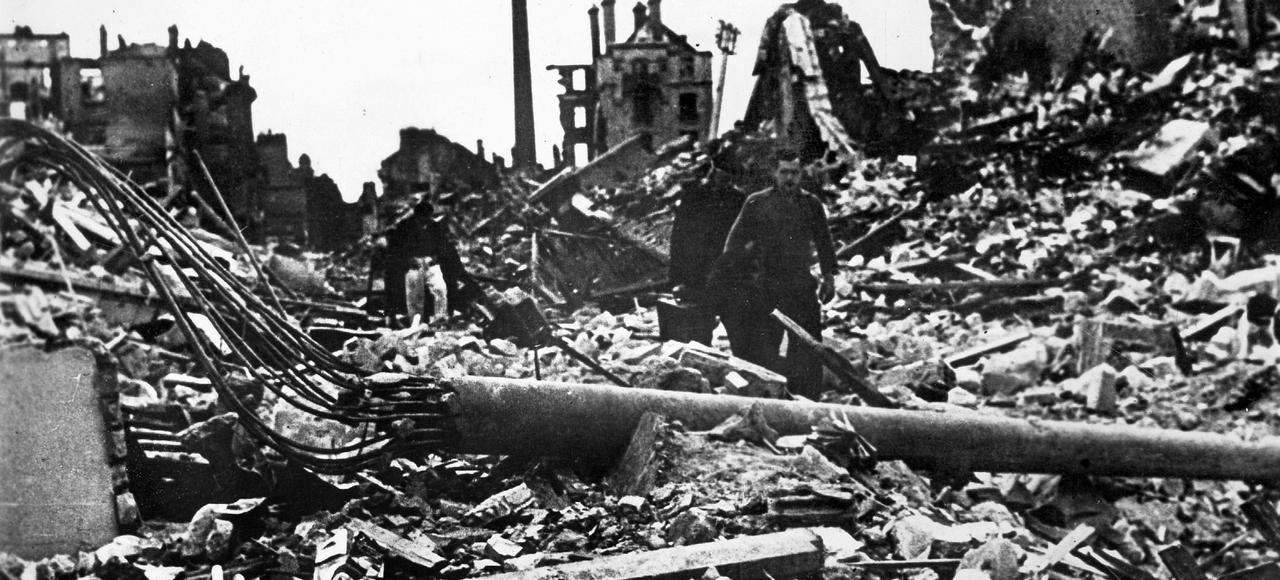 Caen, en juillet 1944: dans lesruines de la ville détruite par lesbombardements alliés.