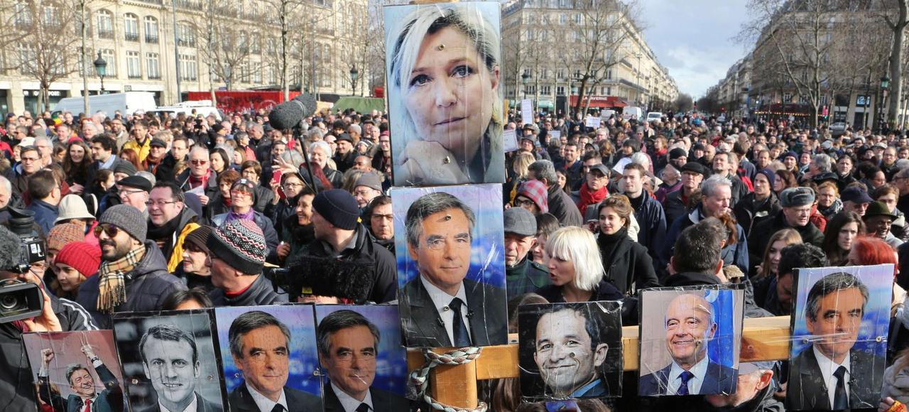 Manifestation anti-corruption, en réaction à la manifestation pro-Fillon du 5 mars, crucifiant notamment Marine Le Pen et François Fillon.