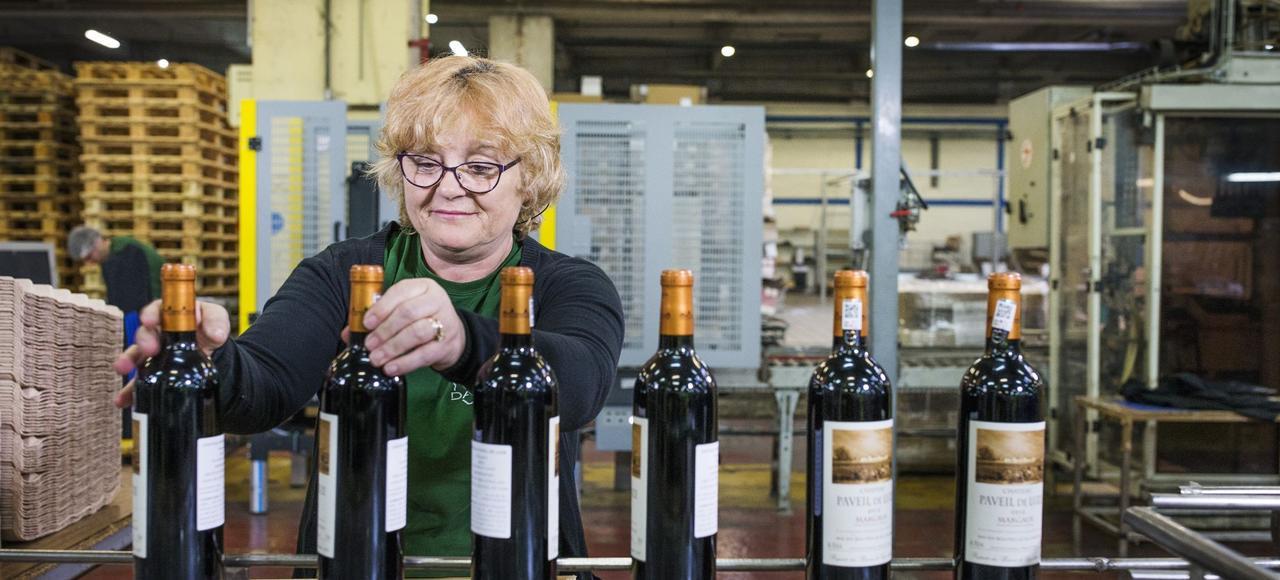 La deuxième activité du groupe Tesson, qui réalise 70millions d'euros de chiffre d'affaires par an, est la logistique des vins, consistant à remplir, étiqueter et expédier des bouteilles aux quatre coins du monde.