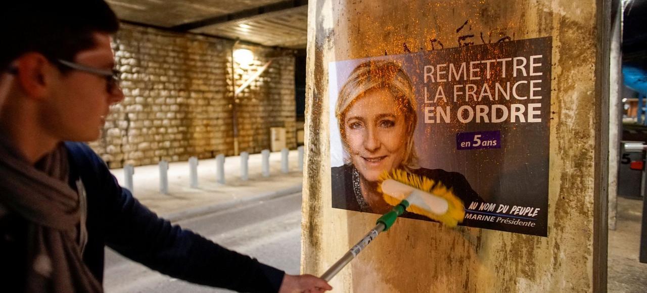 Des colleurs d'affiches du FN à Lyon, en février dernier.