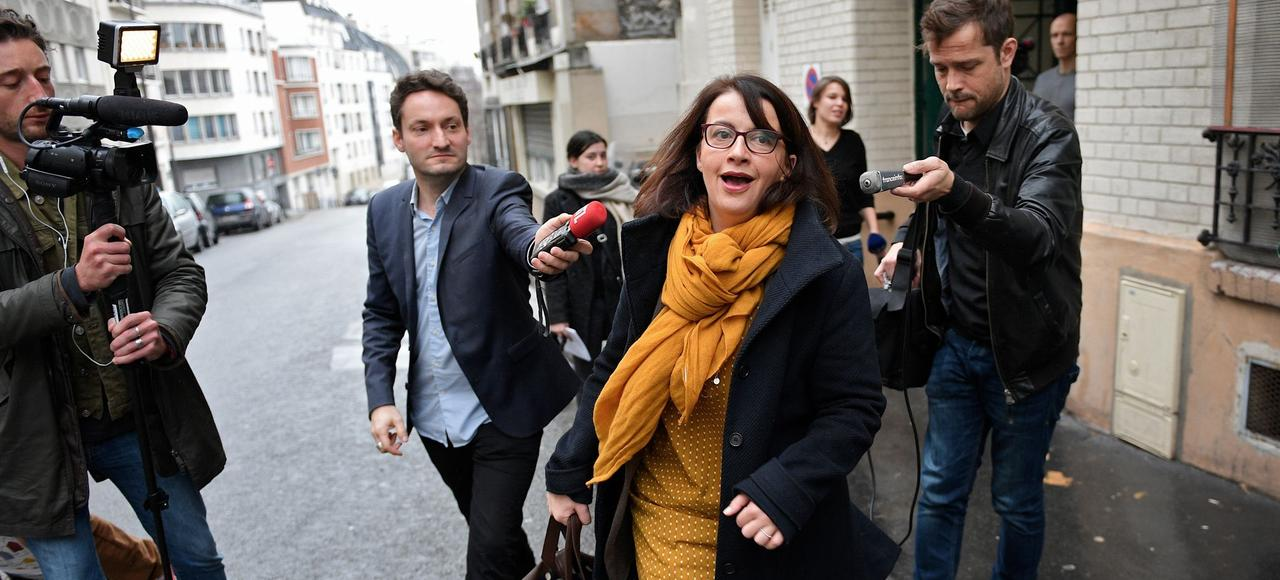 Cécile Duflot est poursuivie par les journalistes, le 11 janvier dernier, à Paris, après les vœux à la presse de Yannick Jadot, alors candidat écologiste à la présidentielle.