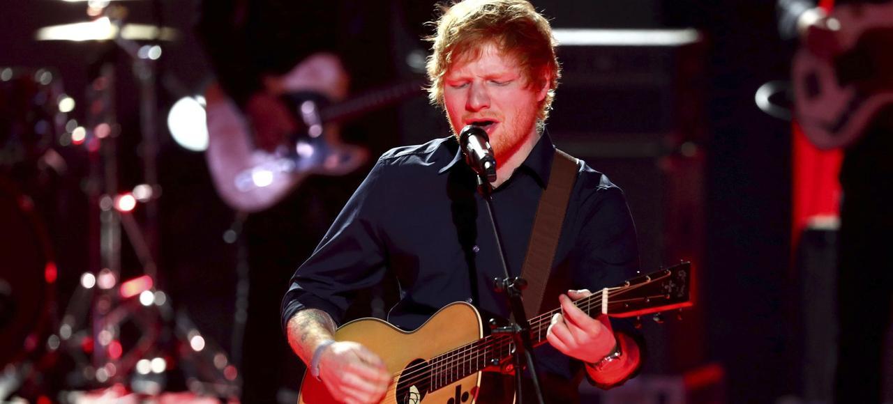 Ed Sheeran continue de se produire seul sur scène, avec une petite guitare acoustique.