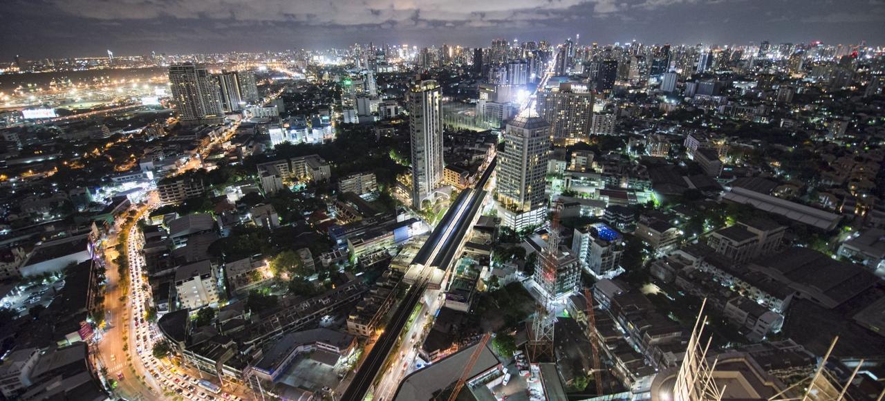 Bangkok la nuit, toile defond de la saga du policier thaï, SonchaïJitpleecheep.