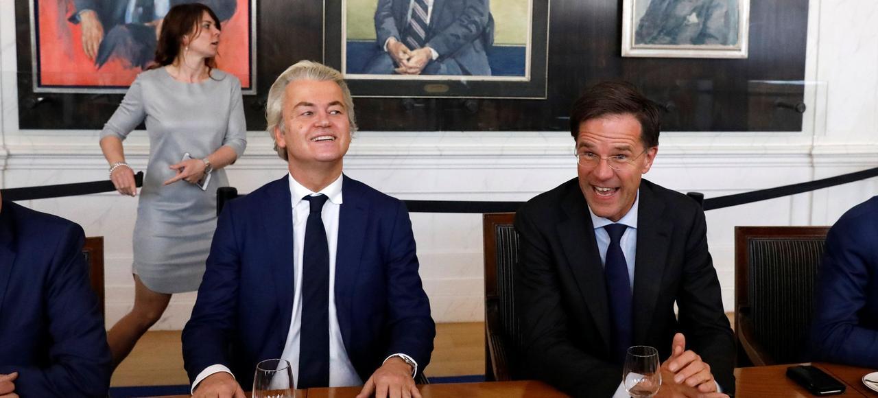Grâce à une participation de plus de 80%, les Néerlandais viennent de briser l'ascension du tribun antisystème Geert Wilders (à gauche), donnant la majorité relative au parti du premier ministre sortant, Mark Rutte (à droite).