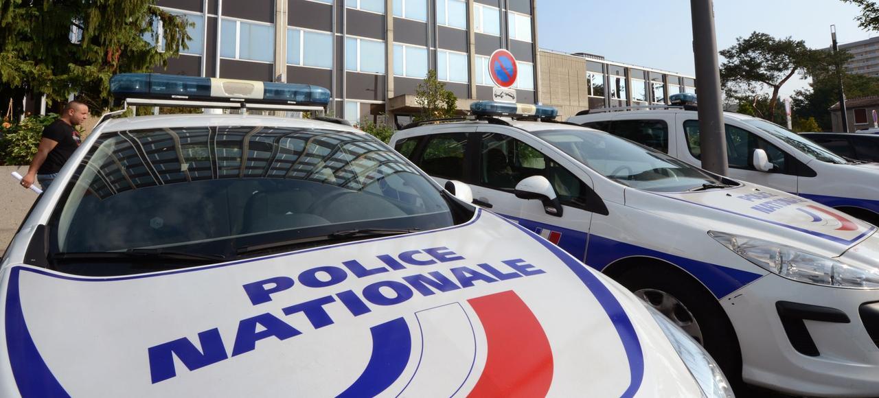 Assortie d'un périmètre géographique strict, la mesure d'assignation comporte une interdiction de communiquer avec ses anciennes relations et une obligation de pointer trois fois par jour dans la brigade de gendarmerie ou le commissariat le plus proche (ici, à Vénissieux).