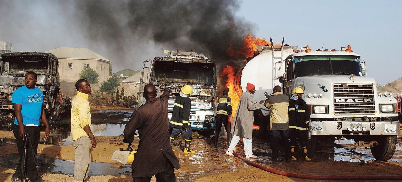 Les pompiers tentent de contenir un incendie de camions-citernes, début mars, après une attaque suicide de trois terroristes contre un convoi de transport de pétrole à Maiduguri, au Nigeria.