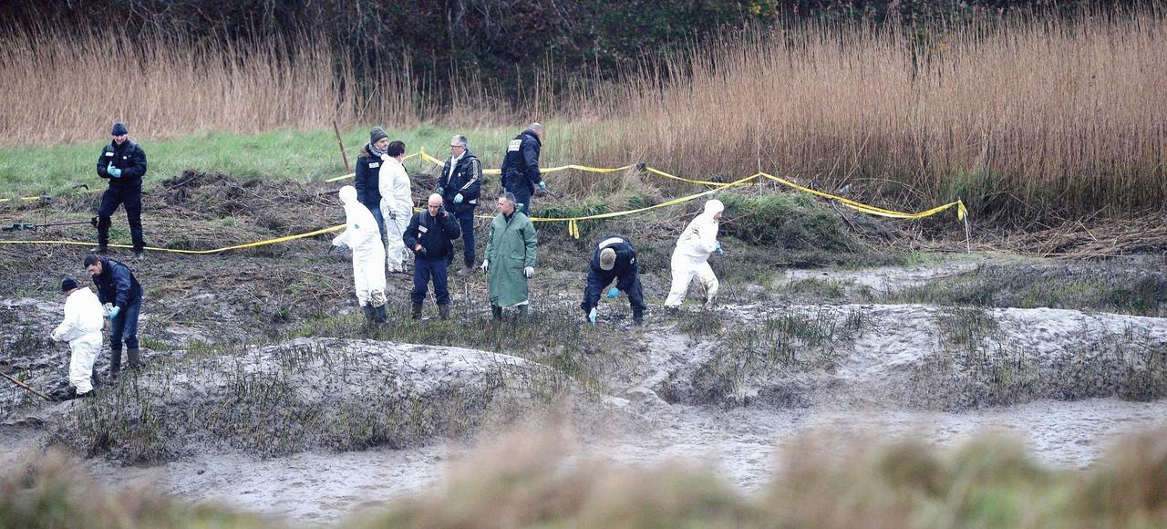 À Pont-de-Buis-lès-Quimerch, le 9 mars, les policiers, à la recherche d'indices et de restes humains, fouillent les rives marécageuses de l'Aulne, la rivière qui borde la propriété des Caouissin.