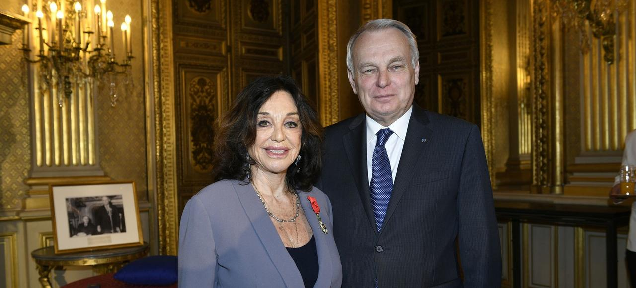 Albina du Boisrouvray, fondatrice de l'Association François-Xavier Bagnoud, et Jean-Marc Ayrault, alors ministre des Affaires étrangères, au Quai d'Orsay.