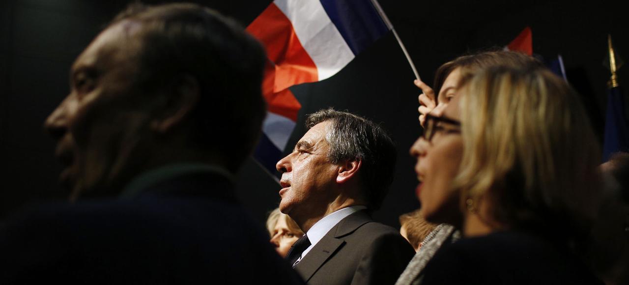 François Fillon, chante <i>La Marseillaise</i> à la fin d'un meeting de campagne au Perthuis, le 15 mars 2017.