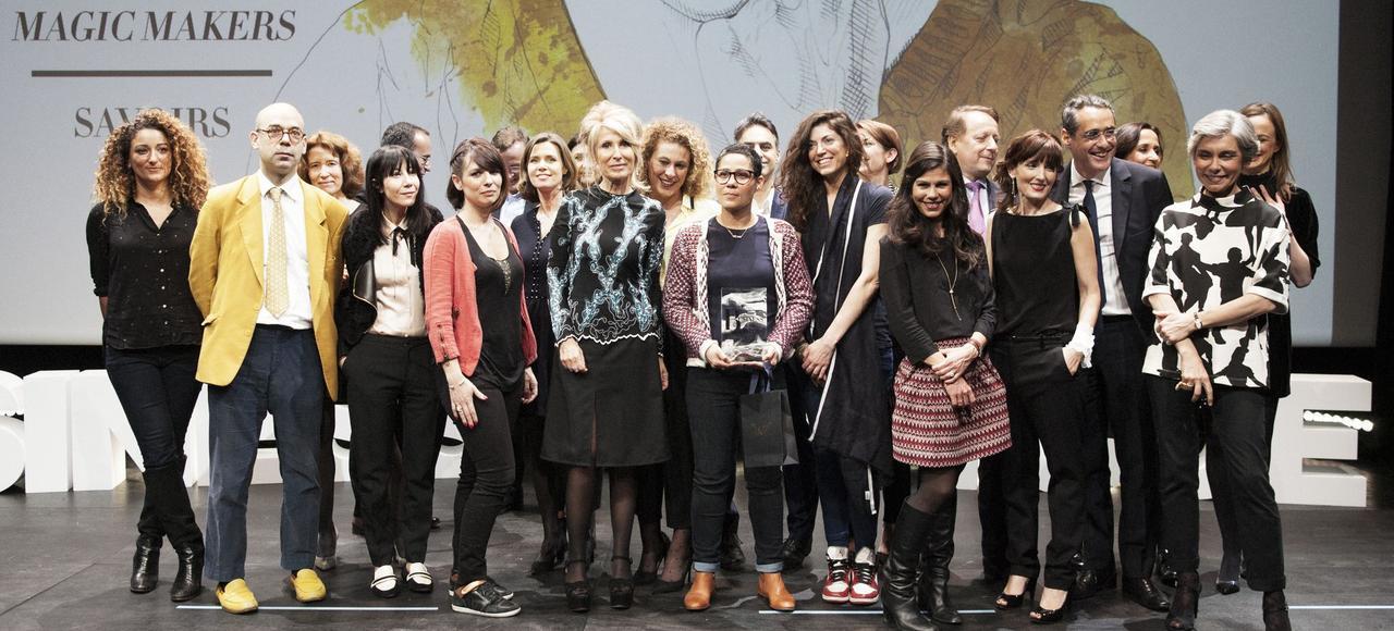 La lauréate au côté d'Anne-Florence Schmitt, directrice de la rédaction de Madame Figaro, entourée des autres finalistes et des membres du jury.