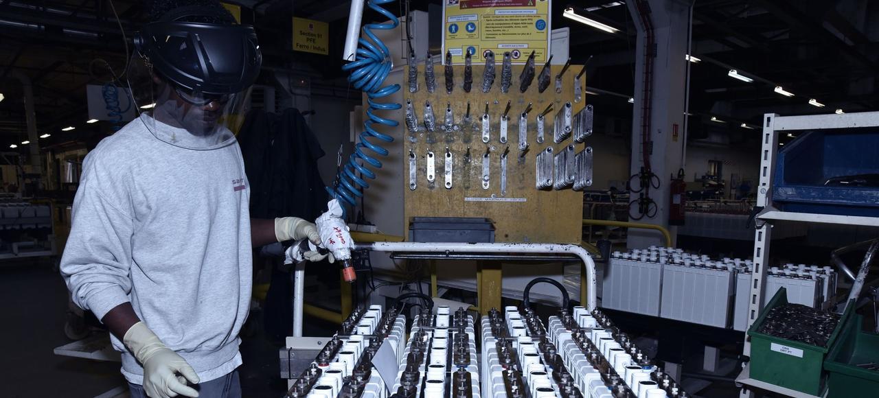 Un opérateur monte des batteries dans l'usine Saft de Bordeaux.