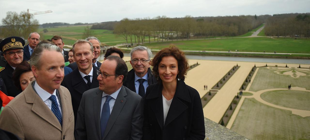 François Hollande, la ministre de la Culture, Audrey Azoulay et le directeur du domaine national de Chambord, Jean d'Haussonville ont inauguré, dimanche, le nouveau parterre de jardinà la française.