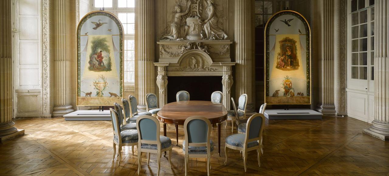 Au château de Maisons, de nouveaux panneaux - représentant les Quatre saisons d'après François Gérard - venus du château de Saint-Ouen, ornent les murs de la salle à manger dite d'été de l'appartement du comte d'Artois.