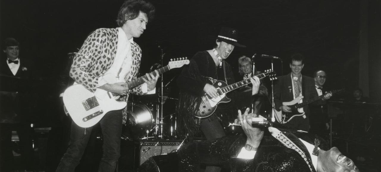 En 1986, Chuck Berry fut l'un des premiers artistes à être intronisé au Rock and Roll Hall of Fame. On le voit ici lors de la cérémonie, en compagnie de Keith Richards et Neil Young.