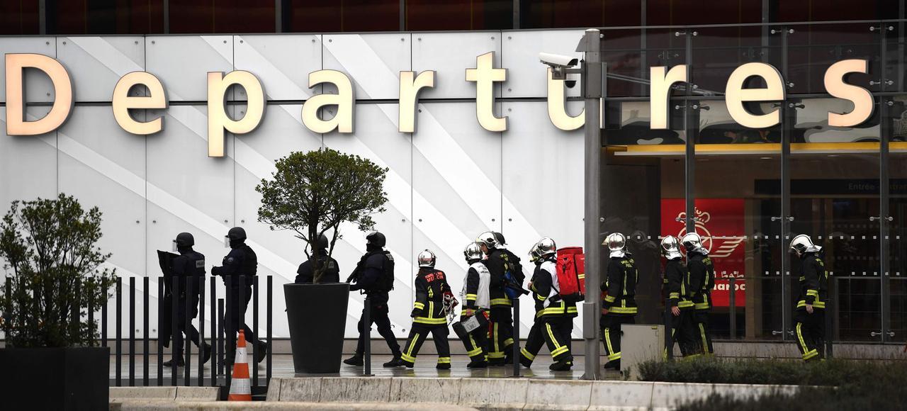 Des pompiers et des officiers du Raid à l'aéroport d'Orly, samedi.