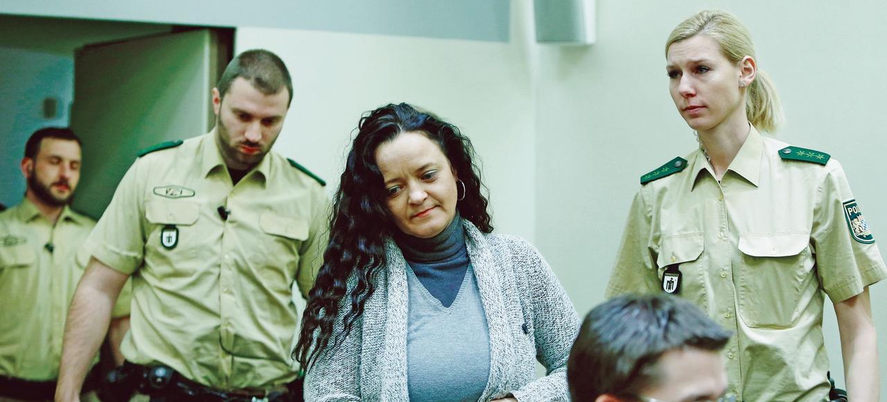 Principale accusée et seule survivante du trio terroriste d'extrême droite, Beate Zschäpe entre dans la salle d'audience du tribunal de Munich où se poursuivait le tentaculaire procès de la NSU, le 24 janvier.