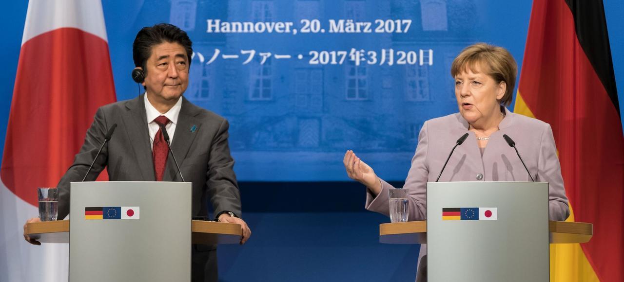 Shinzo Abe et Angela Merkel, en conférence de presse au salon des technologies CeBit, le 20 mars 2017 à Hanovre.