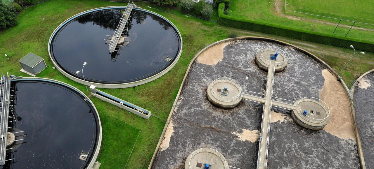 Traitement des eaux usées dans une station d'épuration de Morlaix (Finistère).