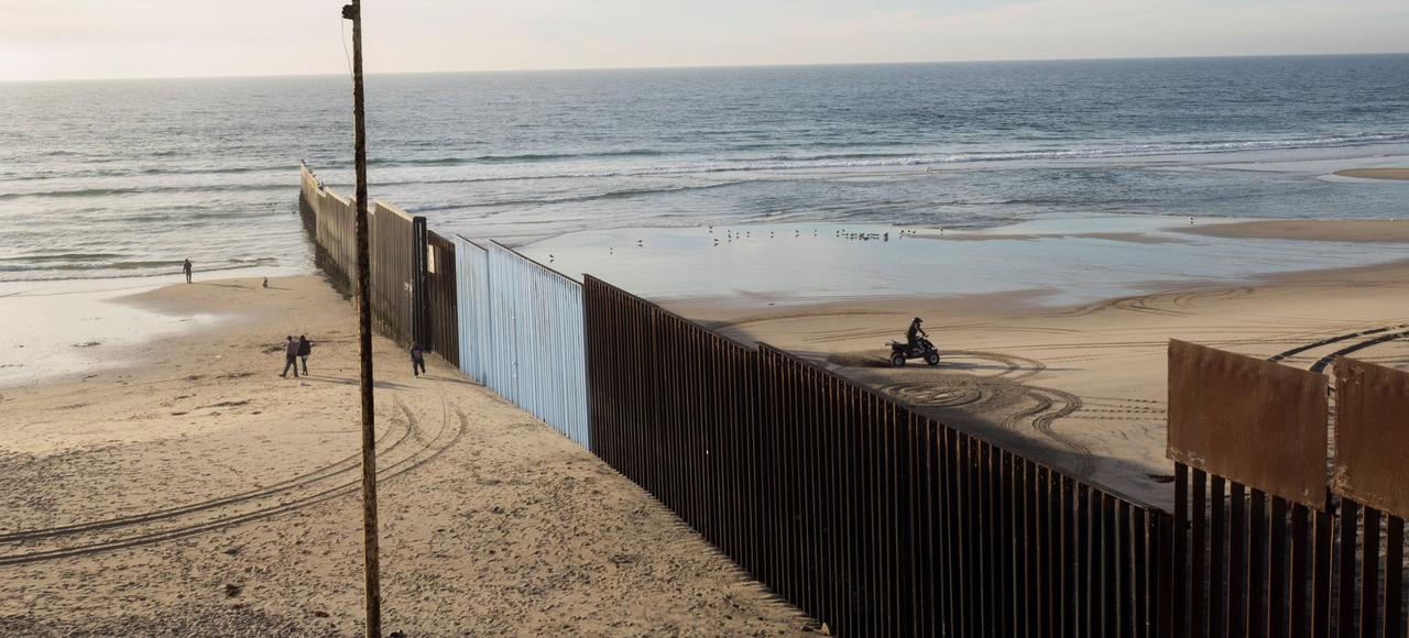 La frontière américano- mexicaine vue depuis la plage de Tijuana, qui sépare le Mexique de la Californie.