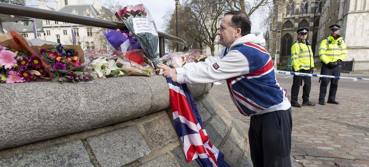 Témoignages de recueillement, jeudi, à Londres en souvenir des victimes au lendemain de l'attentat sur le pont de Westminster.