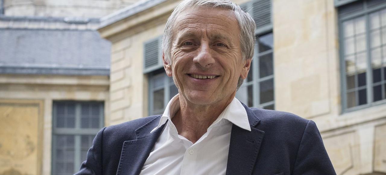 L'académicien, dans la cour de l'Institut de France.