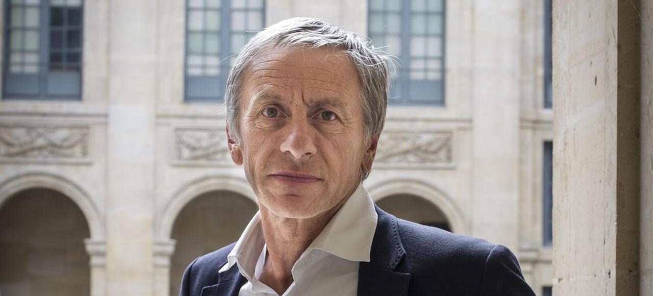 L'académicien dans la cour de l'Institut de France.