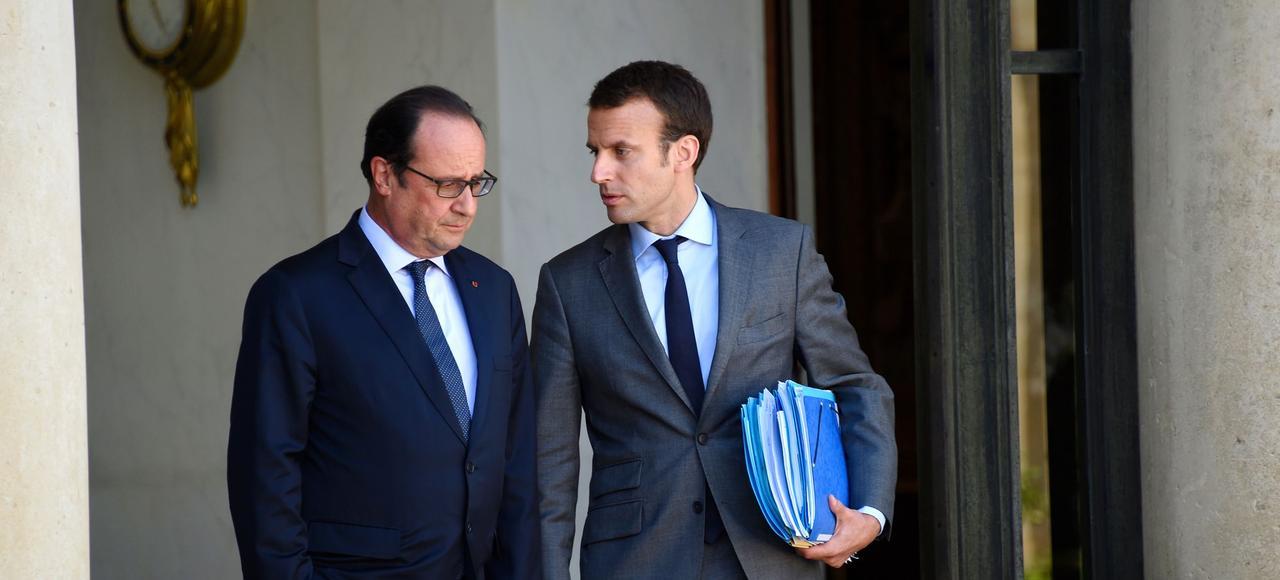 François Hollande et Emmanuel Macron sur le perron de l'Élysée.