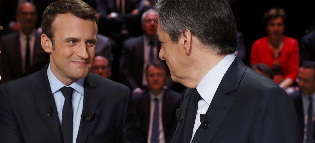 Emmanuel Macron et François Fillon se serrant la main, pour le premier débat présidentiel sur TF1.