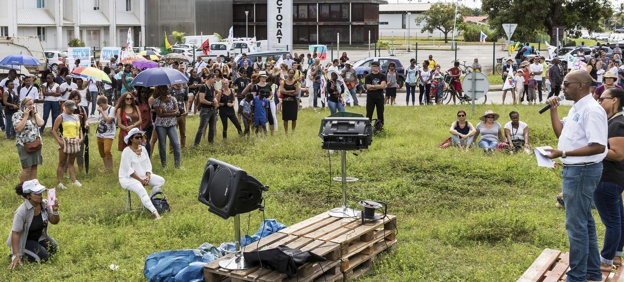 Des manifestants assistent à une réunion organisée par des syndicats d'enseignants, devant le rectorat, le 27 mars, à Cayenne.