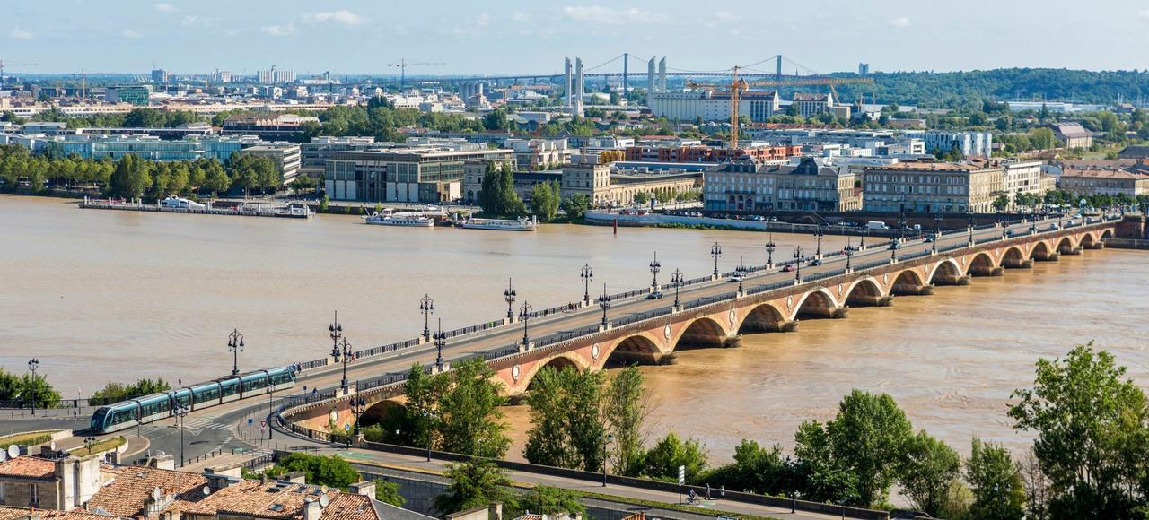 De toutes les grandes métropoles françaises, Bordeaux est celle où les prix ont le plus augmenté en 2016. Ici, le pont de pierre au-dessus de la Garonne.