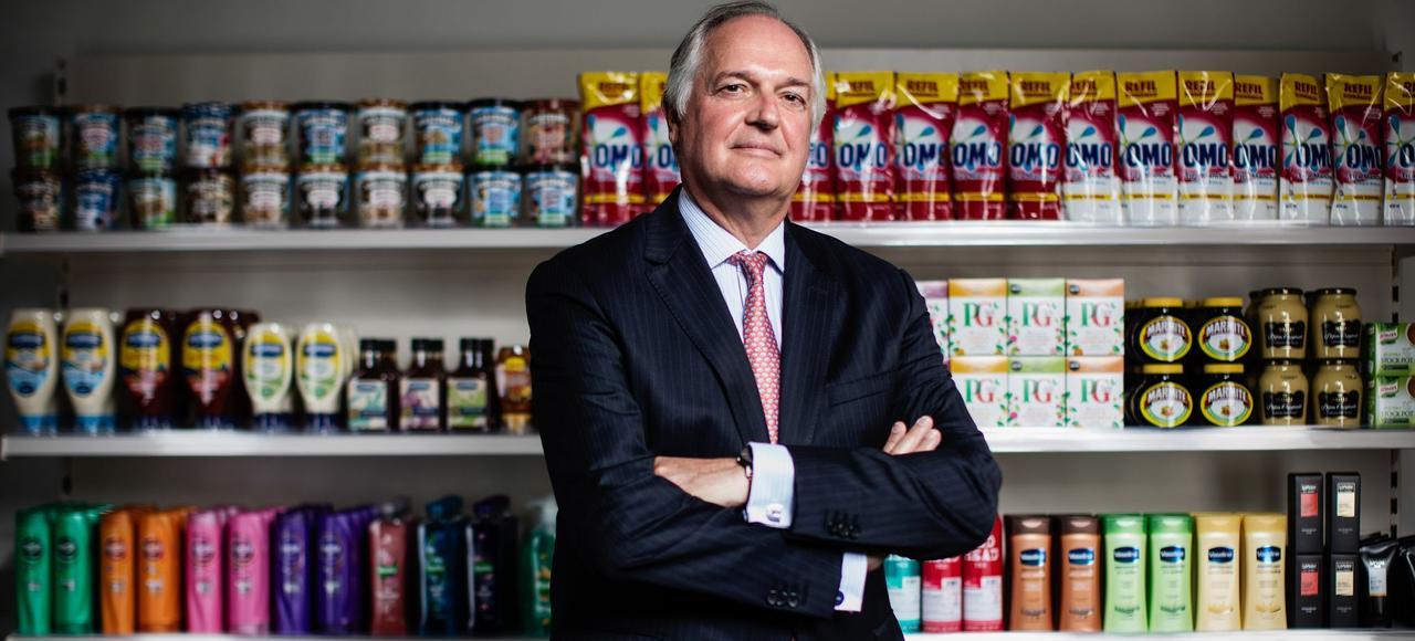 Paul Polman, directeur général d'Unilever, pose devant ses produits, au siège du groupe, à Londres, en août dernier.