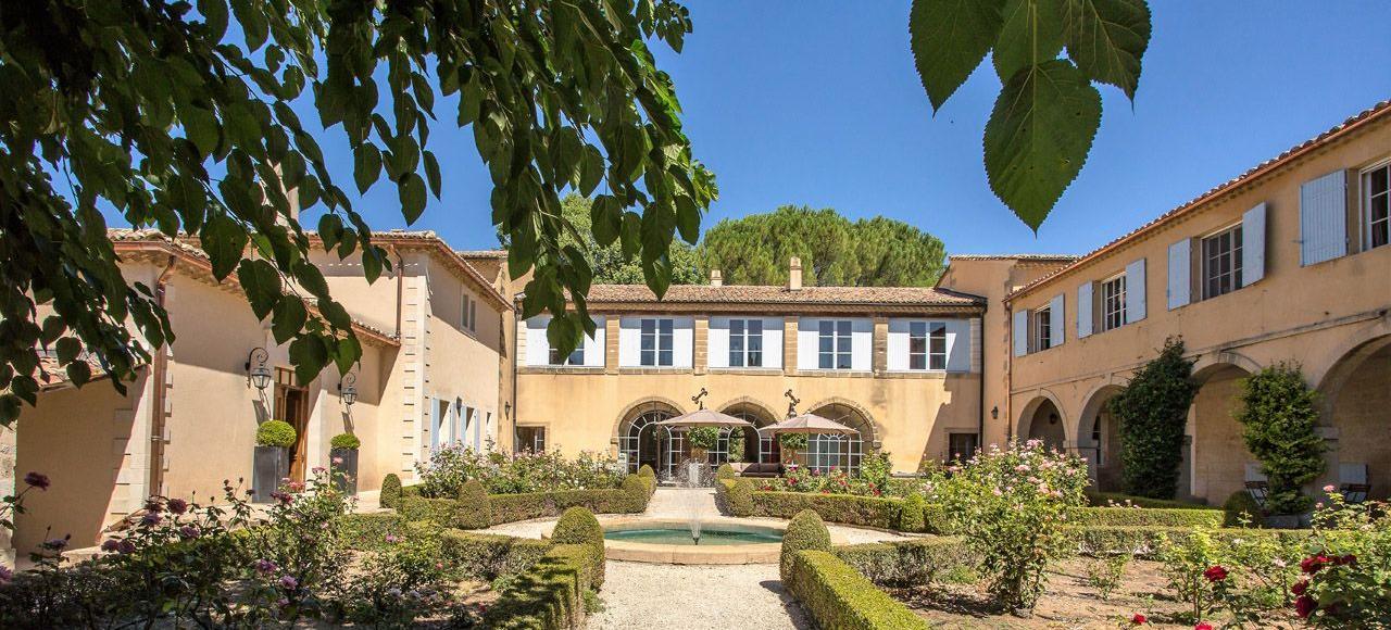 Entre vignes, champs et garrigue, le Domaine de Fos offre le charme d'un petit palais toscan.