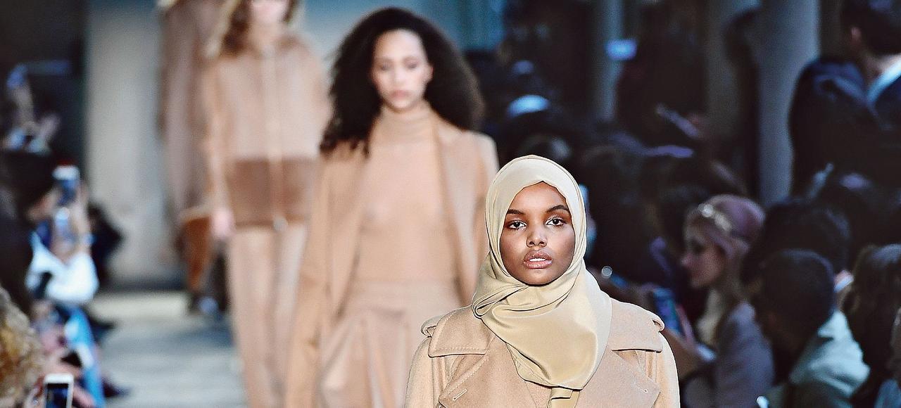 Le mannequin américain d'origine somalienne, Halima Aden, en février dernier, à Milan, pendant le défilé Max Mara (collection hiver 2017/2018).