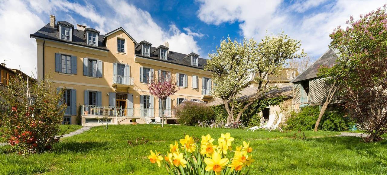 Dans la vallée de la Durance, au cœur d'Embrun, se dresse Le Pigeonnier, une imposante maison de ville et son vaste jardin privé.