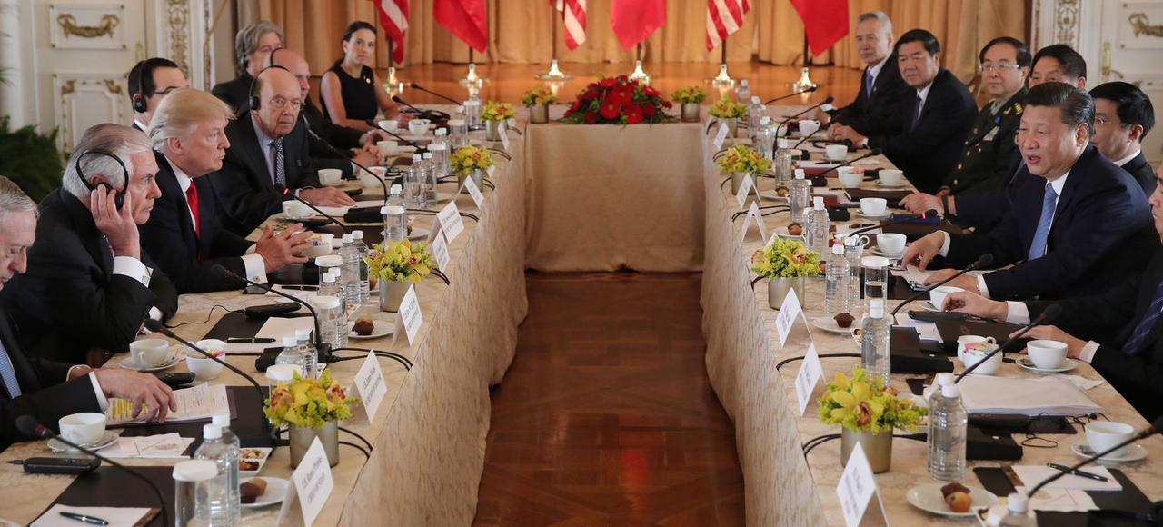 Donald Trump et son homologue chinois Xi Jinping (à droite), lors d'une rencontre bilatérale, vendredi, dans la résidence du président américain de Mar-a-Lago, à Palm Beach, en Floride.