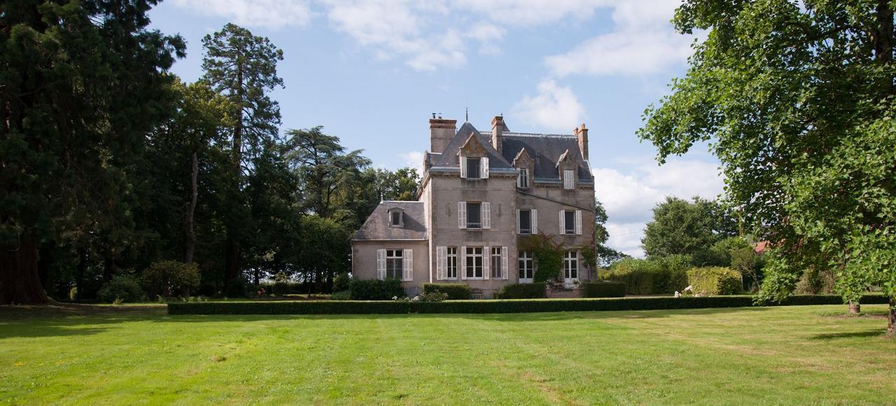 Situé à 20 minutes en voiture du Puy-du-Fou, le Château Saint-Georges a gardé l'authenticité et l'esprit du XIXe.