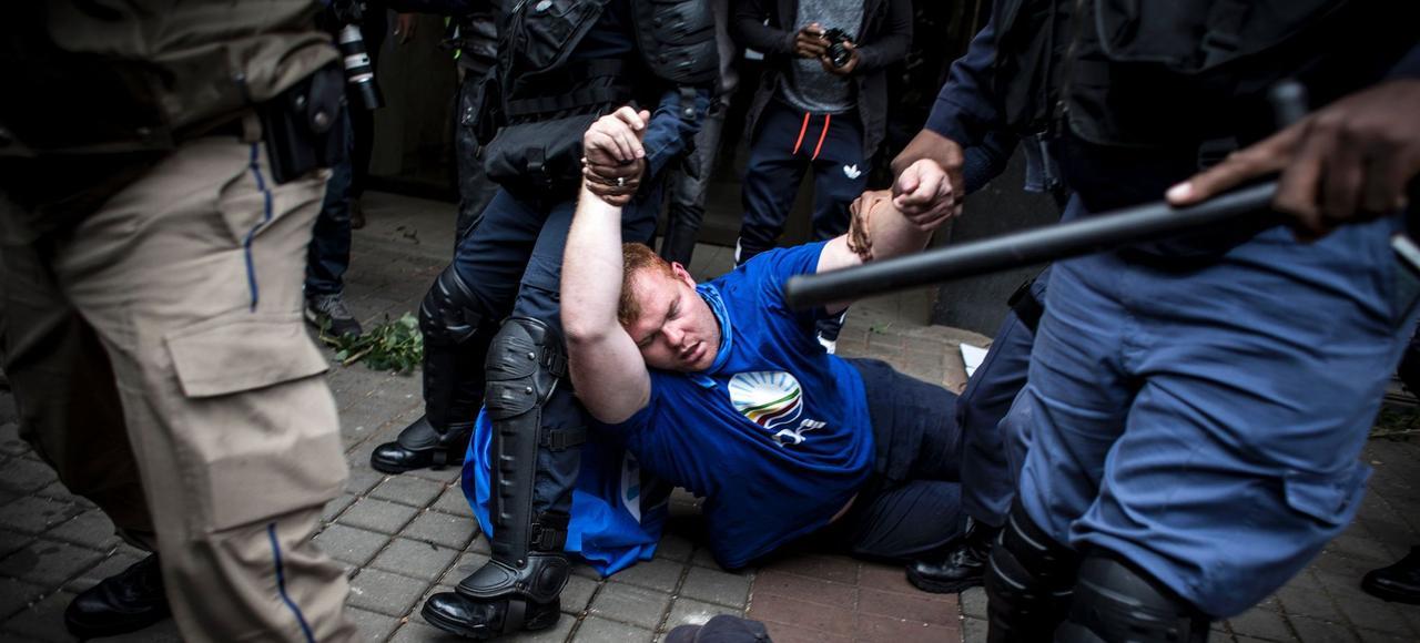 Un militant de l'Alliance Démocratique (DA) est évacué, le 7 avril dernier, à Johannesburg, après avoir été agressé par des membres de l'ANC au cours d'une manifestation hostile au président Jacob Zuma.