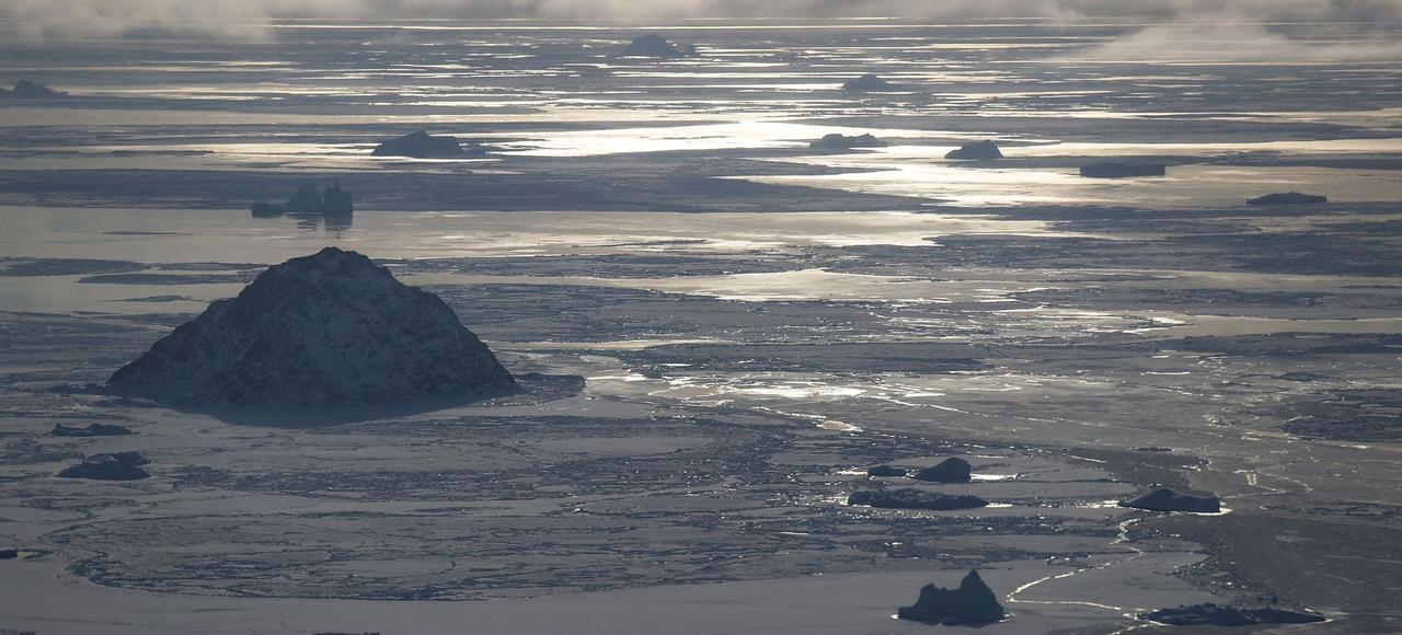 Débacle de la glace de mer sur la côte du Groenland, fin mars, dans le nord de la mer de Baffin. Selon les scientifiques, la banquise hivernale en Arctique a atteint cette année un minimum d'extension jamais enregistré.