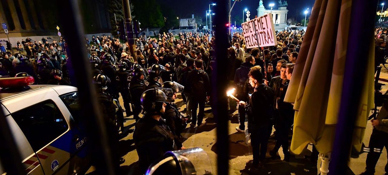 Des étudiants et des professeurs de la Central European University manifestent contre la loi votée par le Parlement hongrois, le 9 avril à Budapest.