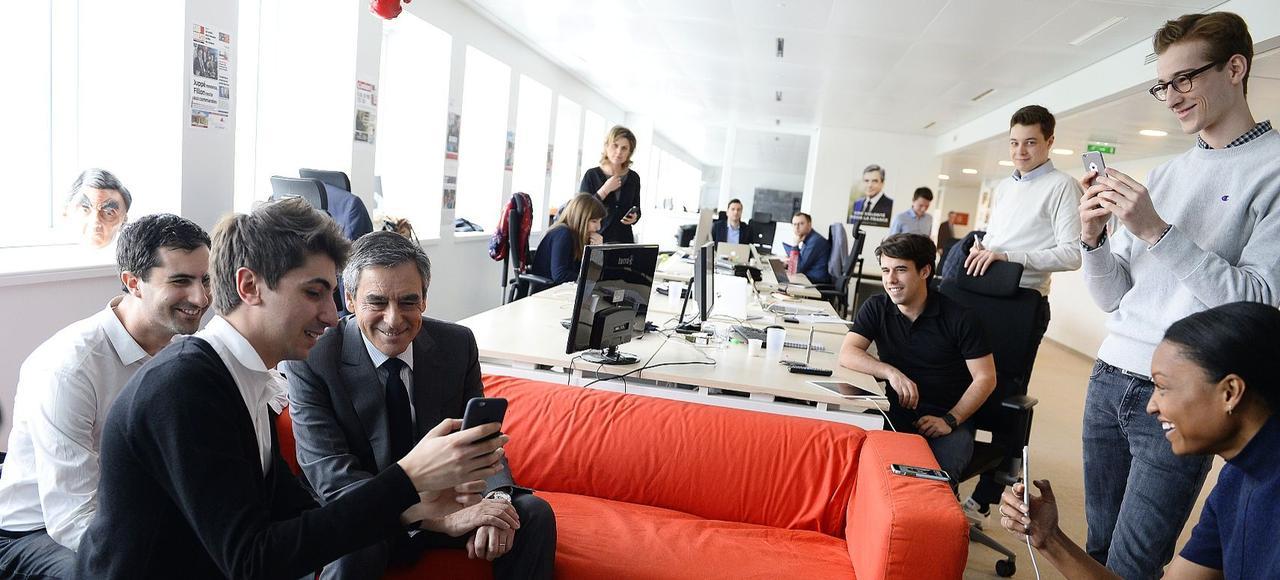 Dans le QG de campagne du XVe arrondissement, l'équipe digitale de Gautier Guignard (à gauche) présente à François Fillon son application, Fillon 2017.