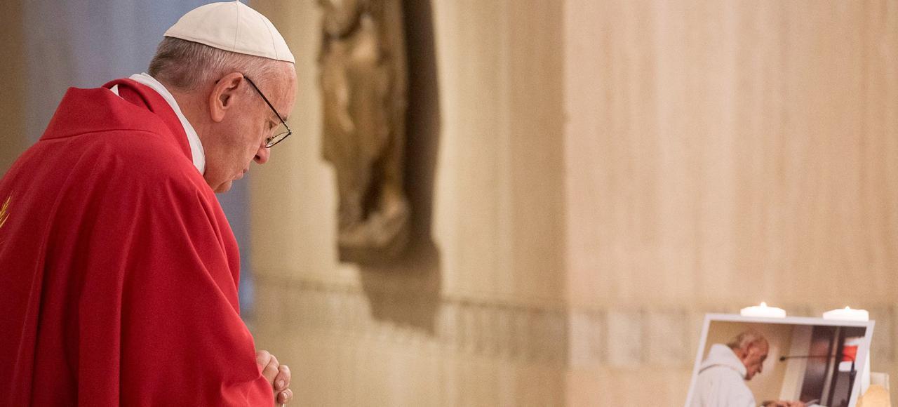 Le pape François se recueille devant un portrait du père Hamel.