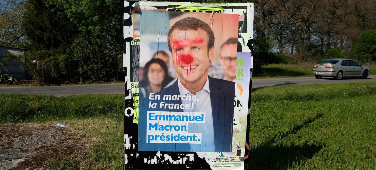 «Si Macron est révélateur de l'état de la France, alors le pronostic vital de celle-ci est engagé» explique Olivier Rey (affiche d'Emmanuel Macron grimé en clown, à Toulouse).