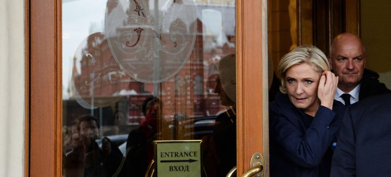 Marine LePen sur la place Rouge à Moscou le 24mars. Un voyage éclair préparé dans le plus grand secret depuis un an avec l'entourage de Vladimir Poutine.