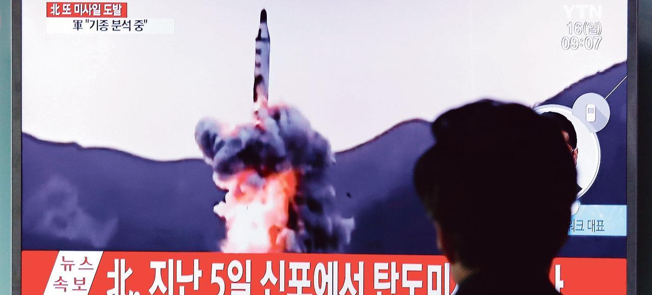 Sur un écran de la gare de Séoul, samedi, les images d'archives d'un lancement de missile par le régime nord-coréen.