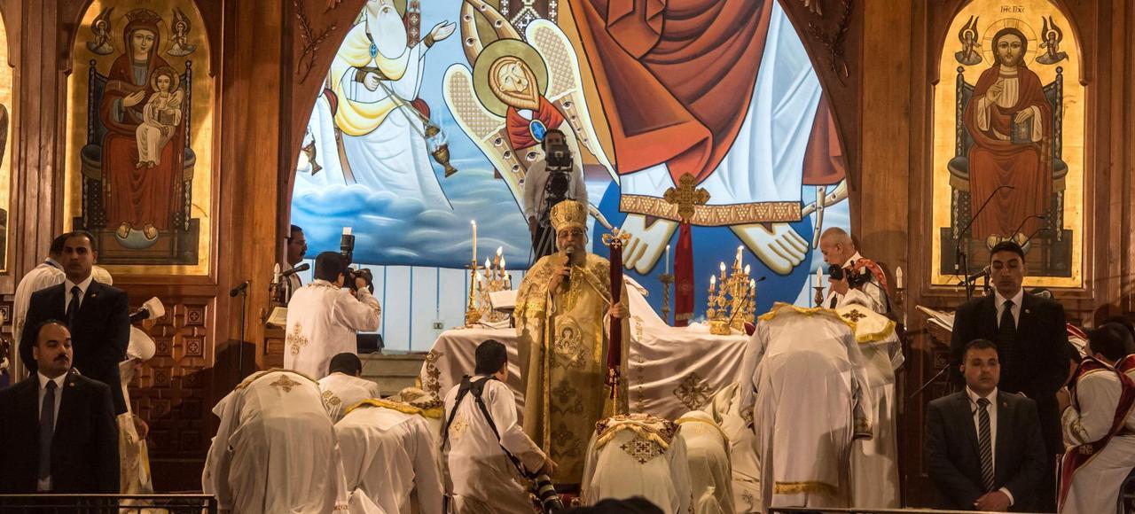 Le patriarche copte, Théodore II, célèbre la messe de Pâques dans la cathédrale Saint-Marc, dimanche, au Caire.