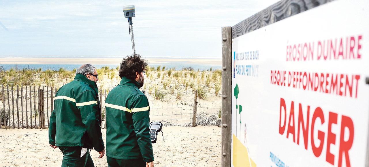 Des employés de l'ONF vont mesurer, en mars 2017, l'évolution du trait de côte sur la plage du Petit Nice à La Teste-de-Buch (Gironde).