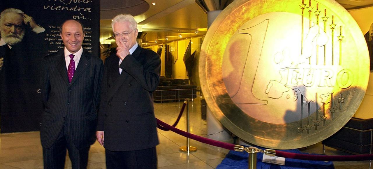 En 2001, le ministre des Finances Laurent Fabius et le premier ministre Lionel Jospin lors d'une cérémonie marquant officiellement la fin du franc en 2002.